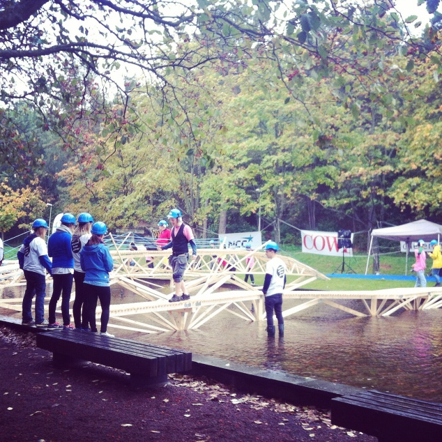 Competição de pontes de madeira dos alunos do primeiro ano de Engenharia Civil